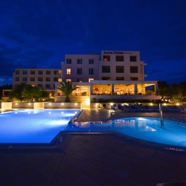 Hotel Luna - Novalja - Pool bei Nacht