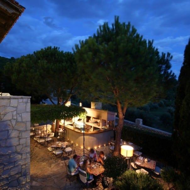 zrce Vida mediterraner Abend Blick auf die Terasse mit Holzofen