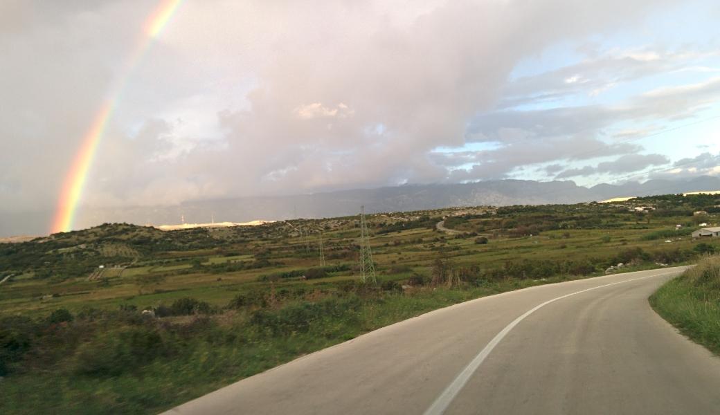 Novalja Anreise Straße mit Regenbogen