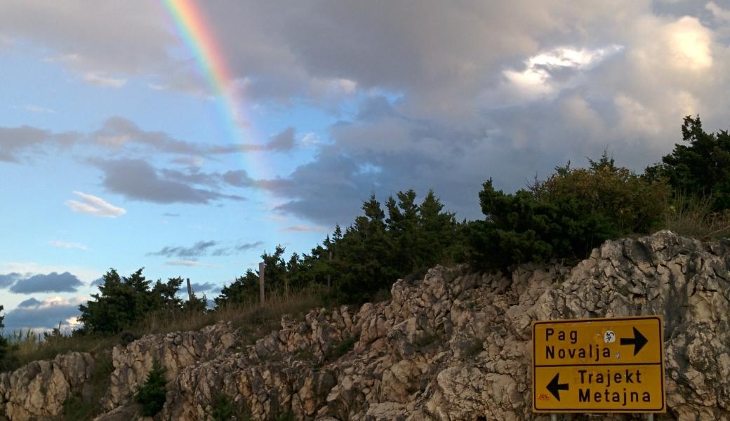 Novalja Anreise Straßeschild mit Regenbogen