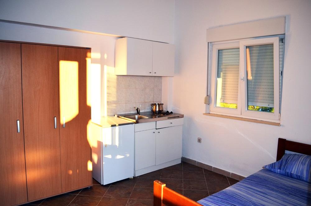 Ocean Apartment Novalja Küchenzeile und Zimmer